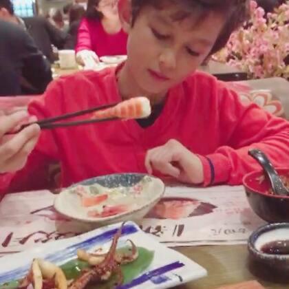#中英混血兄弟##新年快乐##周一# 过节饭店都是人多,等了两个小时,终于吃上了…😂😂哥哥真能吃,我和弟弟吃饱了,他还要点几种寿司…😜