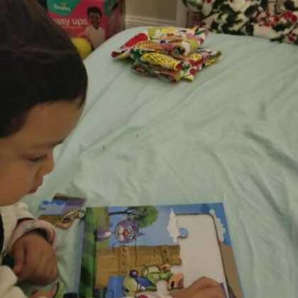 大家新年好啊!两岁半的小壹开始玩拼图啦!😊😊😊#萌宝宝##宝宝成长日记#