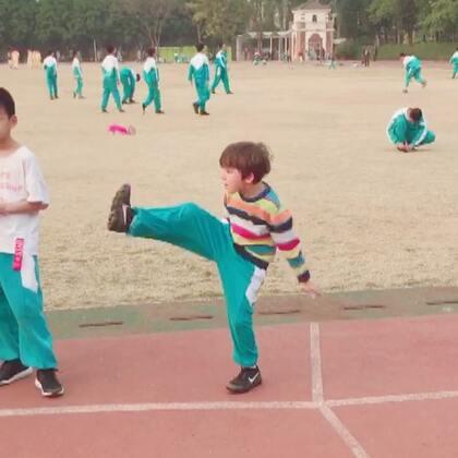 #中英混血兄弟##踢毽子##学校操场上# 最后一节活动课,弟弟年级踢毽子考试,需要一次踢5个,弟弟踢了2个,有个老师笑着说弟弟真是用功夫踢毽子的节奏😂😂😂,多数同学都是1-2个😂😂😂,个别同学可以3-7个…