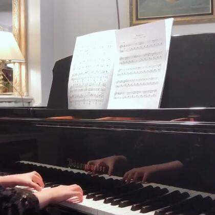 非要尝试2017年最火、并且保持全世界点击量最高的流行歌曲Despacito。还嫌弃我们找的版本不是Peter Bence的,明明这简易版也弹不好。这种视频可不敢发给老师看,吓到老人家们,发美拍娱乐娱乐还行。#音乐##钢琴#
