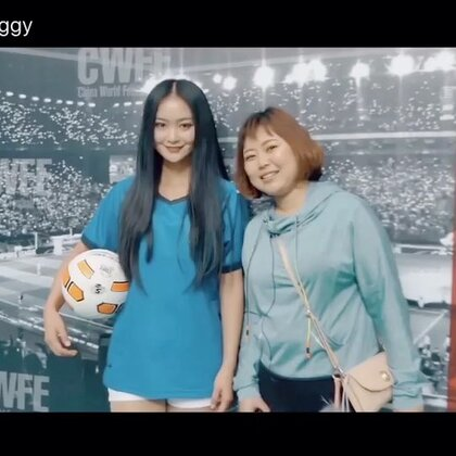【原创·美拍首发】穿着组委会送的绿马甲在展会现场穿梭,画风奇特的沛琳给大家带来了这届中 国足球博览会的完结篇!!#我要上热门##运动##逛拍# @美拍小助手