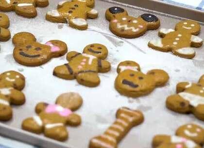 圣诞虽然已经过了,但刚学会的姜饼人还一直没时间做,趁着今天做起来~😊这个饼干的味道姜的味道其实不是很浓郁,但是蜂蜜味和红糖融合在一起,有一种特别甜蜜的感觉,加上饼干本身很香脆,真的非常好吃。☺☺#美食##甜品##我要上热门#