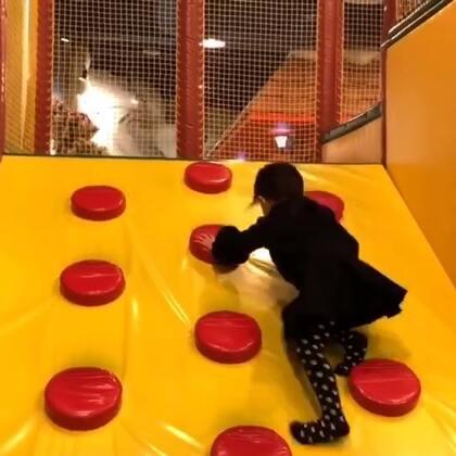 宅了2天今天带熙熙去游乐场放放风 这趟在台湾一直有个姐姐陪着玩 回来的变化是她能自己玩起来了 这之前可是一直是要求我她在哪我在哪 累死人了 今天突然感觉我终于等到解放了 哈哈哈哈哈😂#r熙37个月#+17#宝宝#