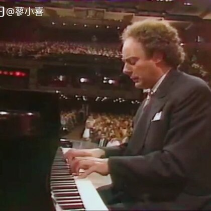 分享喜师公1989年在法国二台的一期电视节目,叫做《Bruno Rigutto的粉丝学校》。他在节目最后演奏了一首自己根据两段吉普赛旋律改编的曲子,如歌如泣,2分23秒之后的高潮尤其打动我。法国八十年代的电视节目阵仗不小,大剧场和早上新鲜运到的施坦威都很气派。衣着打扮现在看来也好复古。#音乐##钢琴#