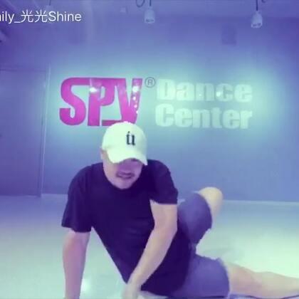 在老店里跳的Jessie J & 2 Chainz《Burnin'Up》.喜欢这种咔咔咔咔咔咔的感觉!#十万支创意舞#