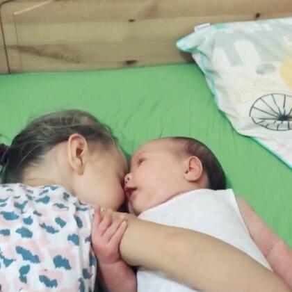 姐妹俩😁虽然年纪还小,但是感觉伊诺和伊言已经有了深深的姐妹情,伊诺有时候在梦里都在叫着妹妹,好暖❤️#伊诺两岁12天##伊言42天#