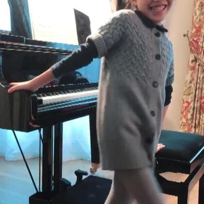 视奏《柴可夫斯基儿童钢琴曲集Op39》之《洋娃娃病了》。第一遍摸了一下音符和旋律走向。第二遍凭感觉加一些表情、变换语气和音色,以求让重复的旋律显得更多彩。虽然我也不确定她是否有错音,但我觉得这第二遍她有(以她的年纪来说)很讲究音色地去表达,我是满意的。踏板不敢乱加,作罢。#音乐##钢琴#