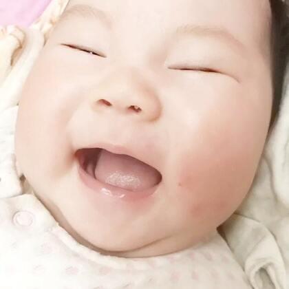 小宝宝爱聊起天来也是吓人的!Nono现在吃饱聊,饿了聊,醒着聊,一逮到机会聊聊聊~小宝宝也需要交流哦,妈妈和宝宝的眼神,微笑和语言交流可增进亲子感情,促进婴儿适应环境的能力,促进婴儿神经心理发育,有助于婴儿的情绪稳定!#宝宝##Nono1M##V妈育儿#