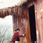 今天游空把前几天搭的木屋刷下油漆,中途烤了红薯吃。#我要上热门##农村生活##手工#