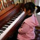 天爱六岁零四个月演奏莫扎特《C大调变奏曲》。这首作品在中国又叫《小星星变奏曲》,共有12个变奏,由于美拍时间有限,这是第1到第8变奏。#音乐##10后气质小琴童##热门#@美拍小助手