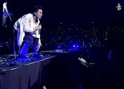 """林宥嘉现场翻唱陈小春《我爱的人》,""""我爱的人,不是我的爱人""""林宥嘉独特的嗓音唱出了歌曲中对爱情的感伤和无奈。💘"""