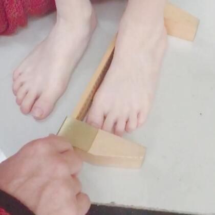 #中英混血兄弟##量脚##周日# 爸爸用量脚工具测量哥俩的实际脚长,哥哥需要穿36码了,弟弟32码😊!