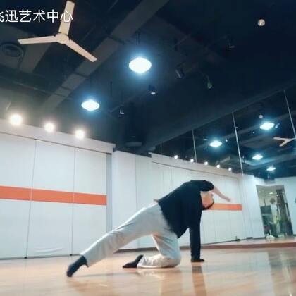 一个有老师,有学生跳的现代舞视频--【白玉兰奖】获🉐️者王老师和学生的课堂视频