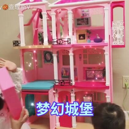 #小鸽子的圣诞礼物#小鸽子教大家怎样装饰芭比的房子啦!说好说中文的,说着说着,不知不觉的就说起英文啦😅#芭比娃娃##宝宝#