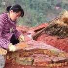 今天和闺女把木屋的土灶搭起来了,累坏我们了。#我要上热门##农村生活##手工#