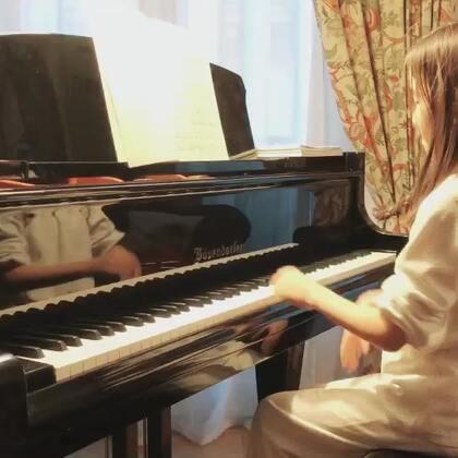 视奏《柴可夫斯基儿童钢琴曲集Op39》之《晨祷者》。昨天她和姑姑去了卢浮宫,我们则去百货公司买买买。下午回家发现她状态低靡,就没让她练琴。果然大半夜发烧,今天留家里休息。自己完成了一课英语阅读,做了几题两元一次方程,弹了音阶、练了视奏。她老说老柴的和弦美,这首也不例外。#音乐##钢琴#