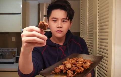 【香喷喷的小烤鸡美拍】#烤鸡厨房#牙签牛肉!从小就特别...