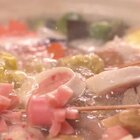 今天教大家做的是便利店里很常见的【关东煮】哦~做好关东煮,关键在清淡但不失鲜味的汤底。日本人讲究用昆布,也就是干海带和柴鱼片等材料熬煮汤底,各种煮物被包裹上淡淡的海鲜清香,同时还保留自己原本的特点,很是神奇~微信公众号:小羽私厨。#小羽私厨##美食##菜谱#