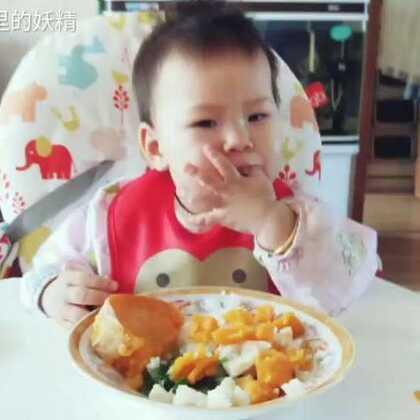#萌宝宝#每日一饭,在训练她自己吃饭。慢慢来