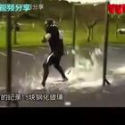 外国壮汉撞击中国玻璃👍壮汉:中国玻璃太硬了👍👍👍#精美电影##搞笑#
