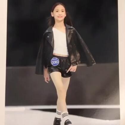 @💃应苏梦💃 10月份参加比赛拍摄的像册终于寄来了!拍下几张保存在美拍里!😘😘😘