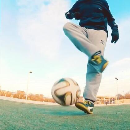 花式足球⚽起球系列更新,喜欢足球的朋友可以尝试一下,希望大家喜欢我的教学视频😊#运动##足球##解锁冬奥冷姿势#