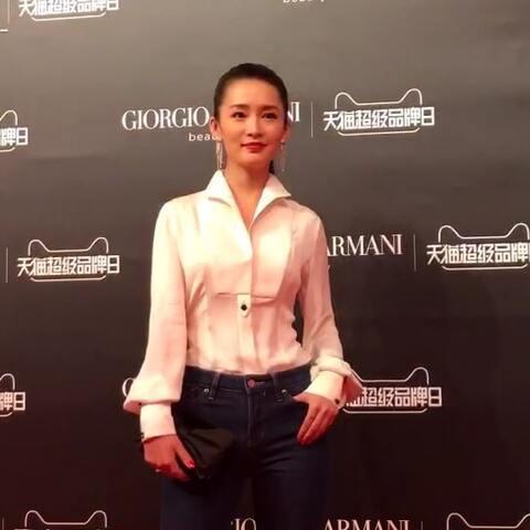 【-IF时尚-美拍】李沁小姐姐本人太瘦啦,这么冷的...