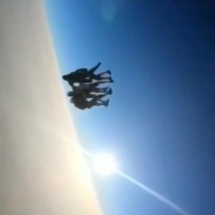 超唯美高空跳伞多人垂直造型