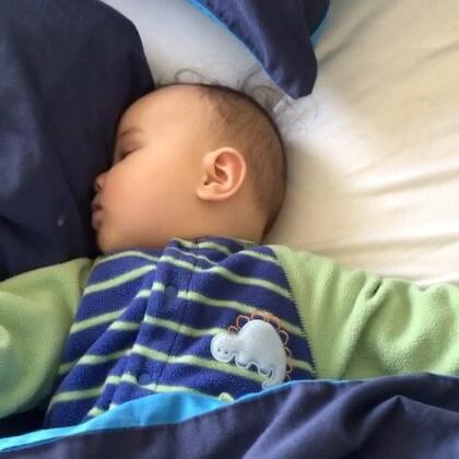 #宝宝##混血宝宝##荷兰混血小小志&柒#我发现我的孩子们都会喜欢这样脸贴着毯被睡或是玩具娃娃,你们会吗?是不是这样比较有安全感呢?