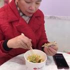 #吃秀#妈妈来上海了@kiki的妈妈❤️ 带妈妈出来吃吃逛逛😋今天要去山东威海U乐国际娱乐💓大家晚上🌃记得来看💓周末有时间多陪陪父母哦💓#我要上热门#