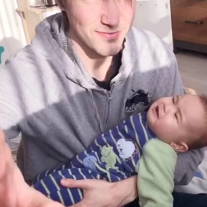 #宝宝##父女俩##荷兰混血小小志&柒#小柒困了,哭闹她爸爸速度抱哄她,这妞在爹怀里哭闹屈指可数,我速度拍了下来,得瑟他!志爸不乐意并说我是坏妈妈!哼哼哼,好个玻璃心的爸爸!这小三我认了!