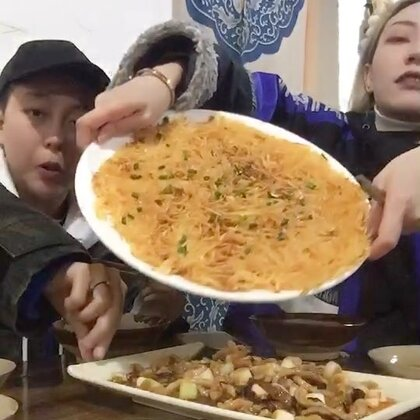 吃完土家菜和鸡姐去泡个鸳鸯浴 哈哈哈哈 @一只黄 ☺☺☺