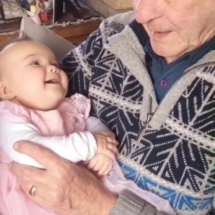 #宝宝##温馨##荷兰混血小小志&柒#柒公主和太爷爷的腻歪时刻