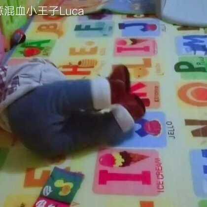 #宝宝##运动#粑粑和宝宝!宝宝为了要爸爸抱,爬得飞快!😘😘😘