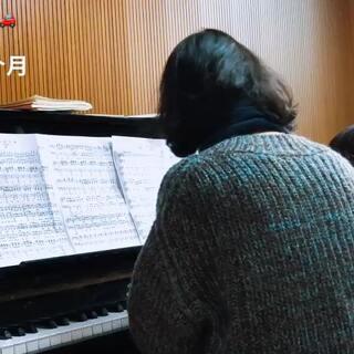 #音乐##钢琴##宝宝# 钢基2:军队进行曲。 上课录的片段,本周六的音乐会要和老师四手联弹,老师上周才给任务,摸了两天(一天三遍)就和老师合了一次,上周五老师讲了一下细节,今天又合了一下,感觉还是不理想,可惜时间不够,这周也就只有周三和周五练琴了,哈哈,尽力而为吧。