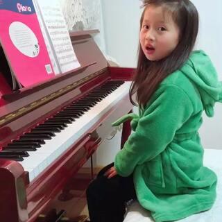 20180114——苏联儿童钢琴曲集《69.古老的法兰西歌曲》😘悠在渐强时一拱一拱的小身板太讨喜了👑她能把情感越来越多的放进曲子里,真真是很值得鼓励哒👍🏻#宝宝##音乐#