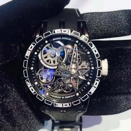 罗杰‧杜彼MEDIUM WHITE 腕表,表带是F1 冠军赛车轮胎,售价53万~#日内瓦钟表展##2018日内瓦钟表展#