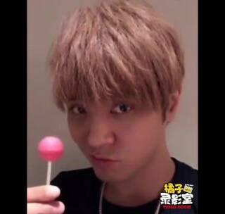 罗志祥搞怪吃棒棒糖,还有这种操作?#明星##搞笑#
