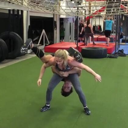 有人能挑战成功这个人体攀爬吗?如果挑战成功,下一个健身网红就是你了(注意攀爬者身体不能触地)!💪💪 @小冰 👉更多http://www.meipai.com/media/895072975?uid=1067758940 #俊男美女乐开怀##抱抱跳挑战##人体攀爬挑战#