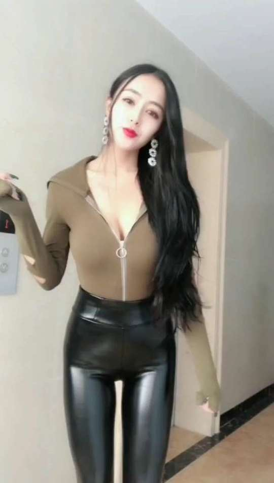 美女皮裤秀身材自拍视频