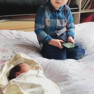 肖恩30个月,妹妹15天,今天哥哥要给妹妹拍照。希望妹妹长大点的时候哥哥还能带着妹妹玩!做一个暖暖大哥噢!#宝宝##我要粉丝,我要上热门#