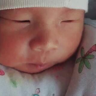 #宝宝#@美拍小助手#我要上热门#哲宝宝7天的时候,这么小只笑的我心都化了,妈妈爱你😘😘😘💥💥💥