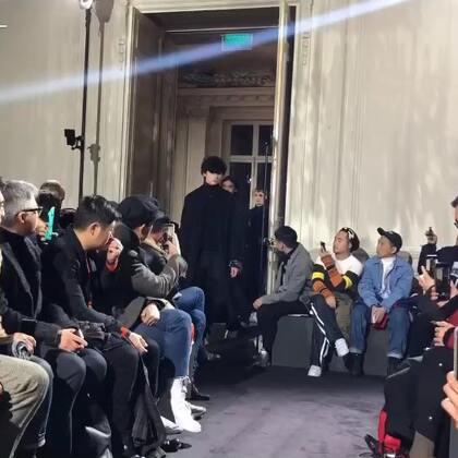 Valentino 2018秋冬男装大秀谢幕,一如既往的保留了品牌最标志性的铆钉和迷彩元素,外套袖子和肩膀上的铆钉装饰好抢眼~