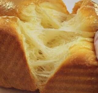 想做出和面包店里一样柔软并拉出细长丝的吐司吗?这次的版本还能扯出芝士,满足感爆表!当然还可以包上红豆沙,巧克力什么的,或者什么都不加,烤完切片抹黄油果酱,口感也是一级棒!😝#美食##甜品##早餐#
