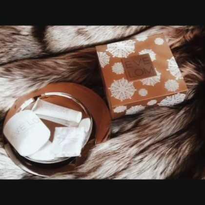 午安,好物分享,EVE LOM圣诞套装,包含200ml卸妆膏、50ml急救面膜、一条洁面巾,5种纯植物精油卸妆膏和面膜,温水乳化轻松卸掉厚重彩妆,无油腻感,肌肤柔软透亮不紧绷干燥,也可单独洁面使用,至于有多好用,国内都设立专柜啦,真是眼见这个品牌发展壮大起来,陪我走过了第5个春夏秋冬...