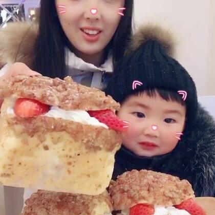 #宝宝##吃秀#小宇宇看见我录面包视频,立马过来跟我一起录吃播了😋,有多少人喜欢宝宝上镜?喜欢的点个赞好不好?@美拍小助手