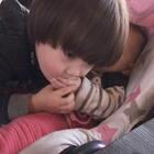 #宝宝##兄妹俩的美好时光##荷兰混血小小志&柒#我以为小志嫌弃妹妹手上有口水所以擦,他说是他把口水弄小柒身上,所以要擦!哈哈哈