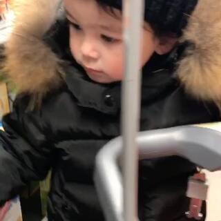 #宝宝#啥都不想吃的诺宝最后只选了一个苹果,回去后给他分了2块,他还是不吃。好羡慕能吃会吃的孩子。#诺宝2018.01.18#