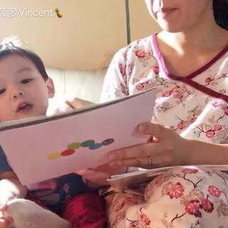 #宝宝##宝宝读绘本##日志#给小菠萝同学读绘本,我坚持说中文,他坚持用英语回答,我不认输继续坚持只说中文(本来就是本中文书嘛),最后终于他用中文回应了。自从他去了幼儿园之后就更爱说英文了,虽然中国同学有好几个,但还是缺少语言环境。只有靠我来努力营造了!