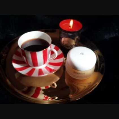 好物分享,法国darphin迪梵卸妆膏,1958年,由法国著名皮肤科医生Pireer Darphin在巴黎成立他自己的实验室与护肤诊所,成分含有:马鱼拉油,棕梠油,鼠尾草精油,花梨木+依兰,40ml价格一点不貌美哦~黑色蜡烛是法国diptyque品牌圣诞限量天龙星座,点燃时的香氛宛如将橘树皮投入火焰中产生的柔和木香